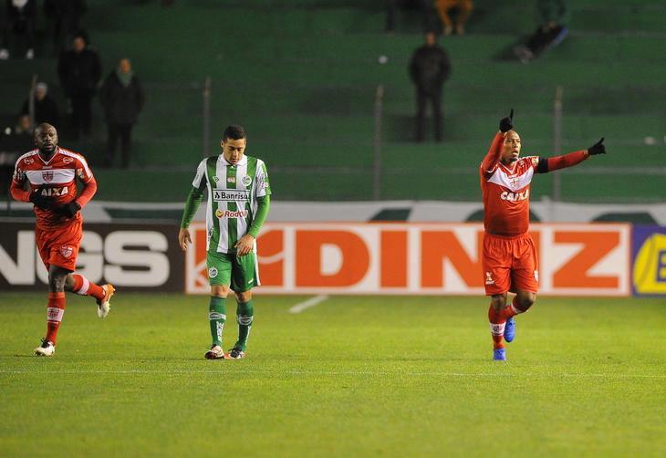Zagueiro artilheiro, Flávio Boaventura comemora gol de empate. (Foto: Felipe Nyland - Angência RBS)