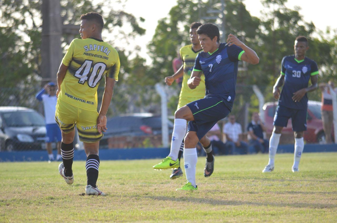 Echeverría marcou um dos gols da partida.